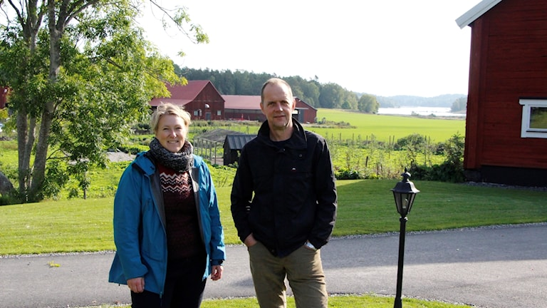 Linda Kumblad och Emil Rydin framfrö ett hus, vatten i bakgrunden