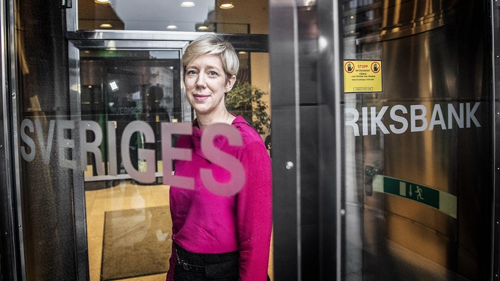 Anna Breman vid Riksbankens entré.