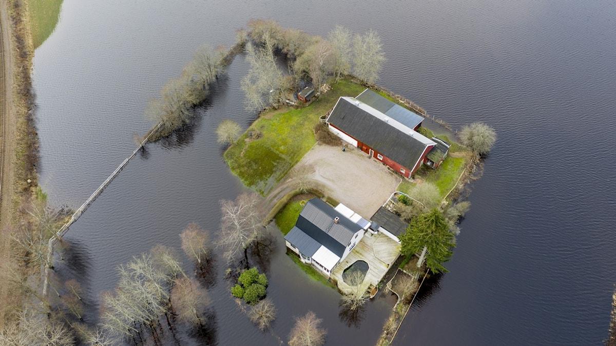 Foto taget från luften, som visar översvämning i ån Nissan i Halland