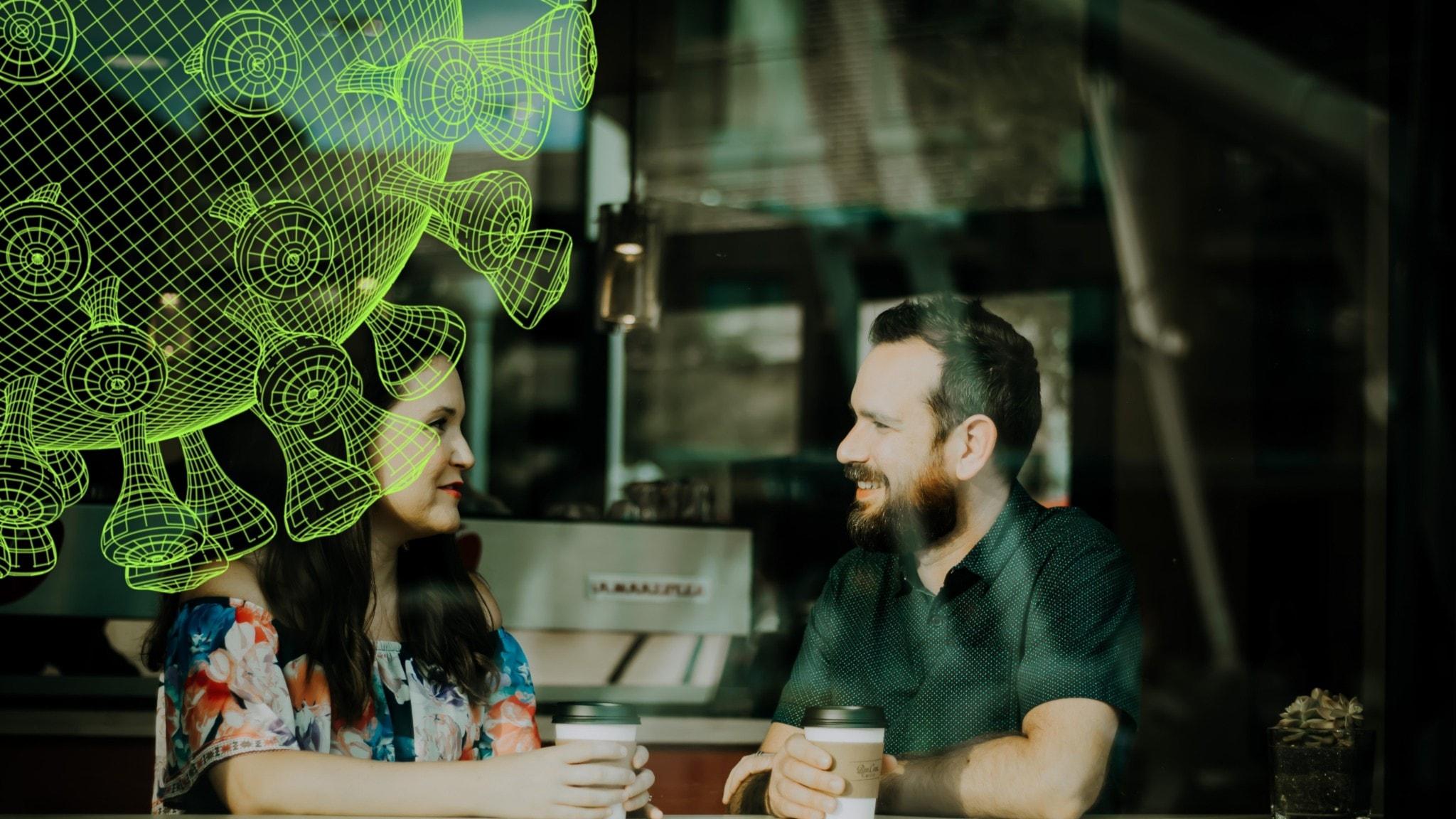 En man och en kvinna tittar på varandra och ler.