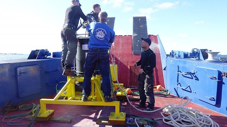 Fyra män på ett fartyg.