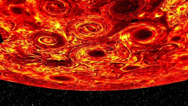 Närbild av Jupiters sydpol mot en bakgrund av svart. En grupp virvlande cykloner syns i förgrunden i gult och rött.