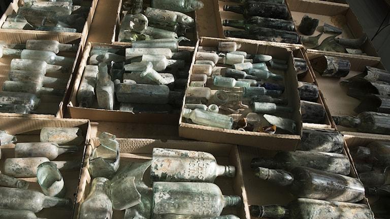 smutsiga flaskor i lådor