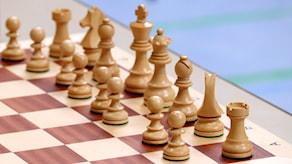 Bild på de vita spelarna i ett schackspel.