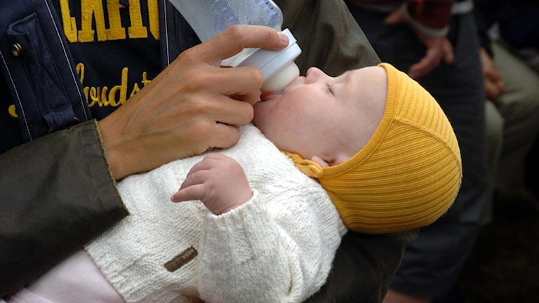 Bild på en bebis som får välling ur en nappflaska