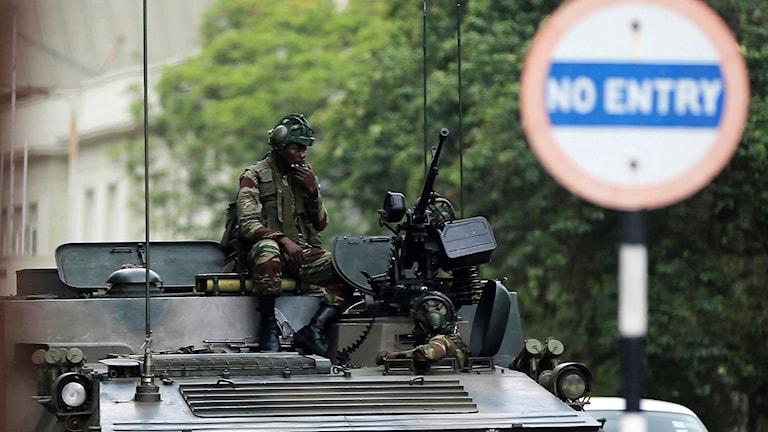 stridsvagn på gata i Harare
