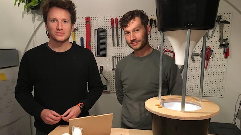 Forskarna i verkstad framför fimpfångaren