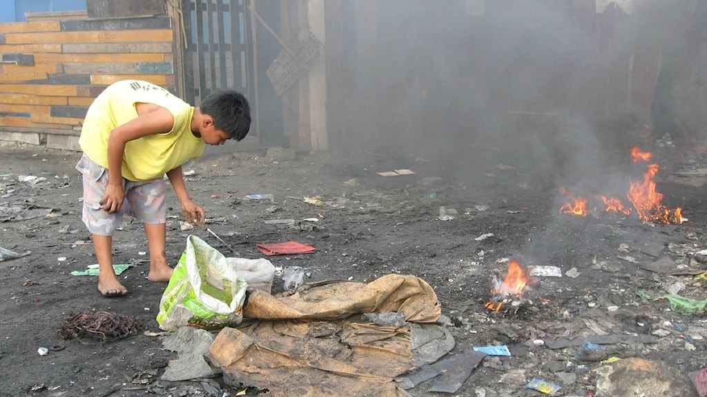 Pojke på soptipp i Manila bränner elkabel för att familjen ska få pengar till mat, men offar sin hälsa.