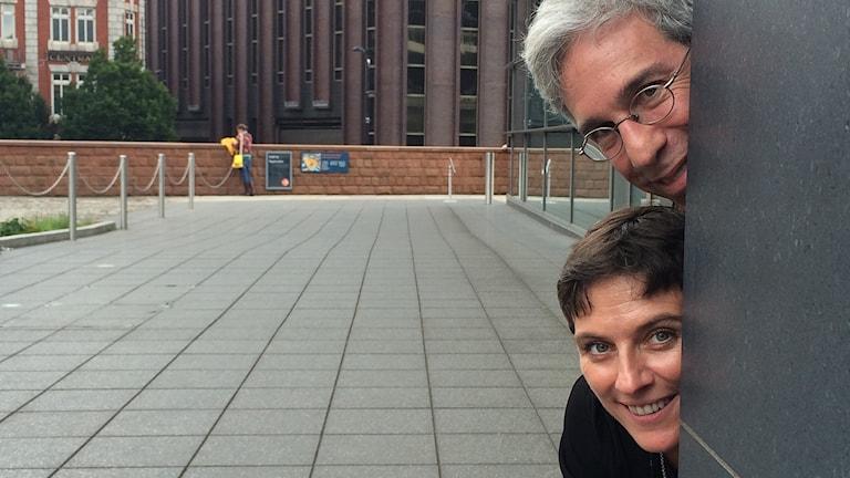 Marc Abrahams och Elisabeth Oberzaucher sticker fram sina huvuden bakom en vägg
