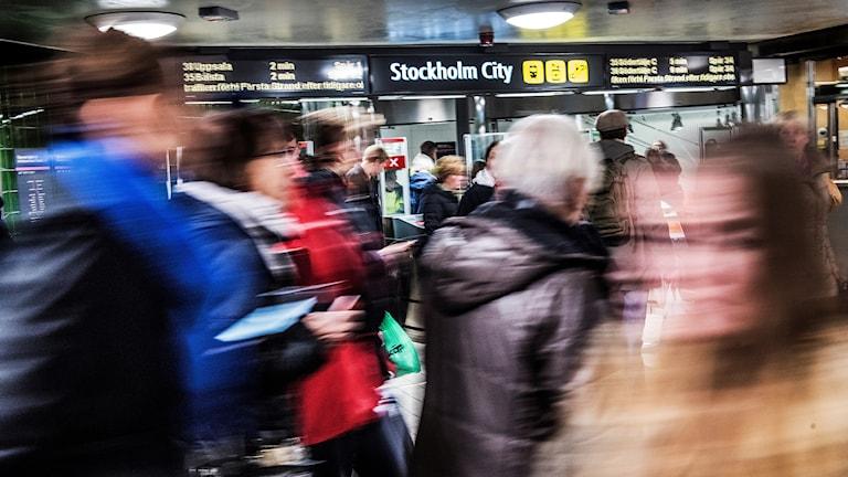 Trängsel vid tunnelbanespärrar i Stockholm.