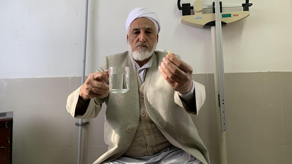 73-åriga koranläraren Ma´man Talabeh i byn Kouchak i norra Iran, var en av tusentals bybor som testade polypiller. Han säger att hans hjärtkramper gick över med kombinationstabletterna.