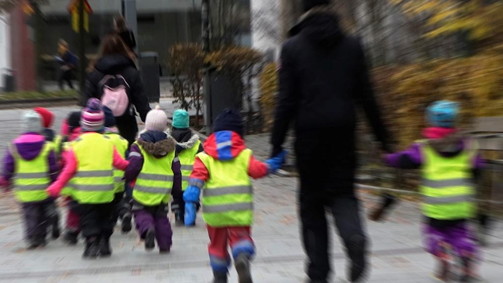 Förskolebarn på promenad.