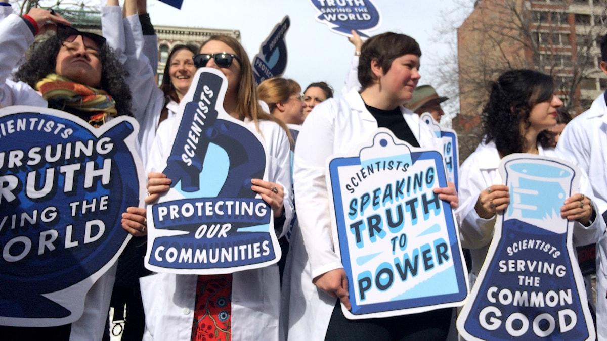 """""""Rally for science"""" var en av de första demonstrationerna för vetenskap som ägt rum. I april arrangeras """"The science march"""" i städer över hela världen."""