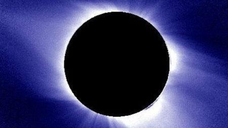 Bild på en total solförmörkelse där solens yttersta lager av gas, koronan, syns.