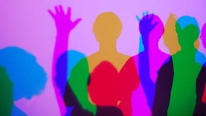 Montage av färglagda skuggbilder på människor.