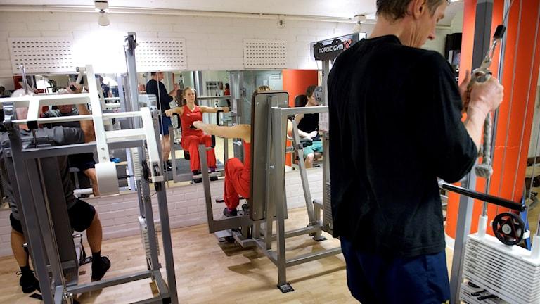 Personer som tryrketränar i ett gym