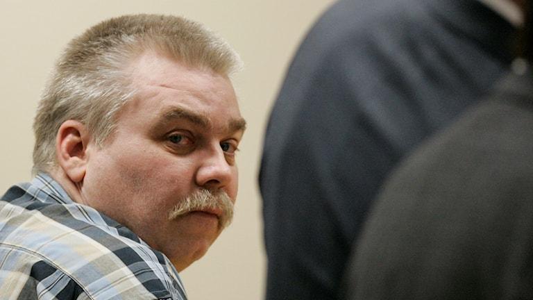 Den dömda mördaren Steven Avery tittar in i kameran under en rättegång.