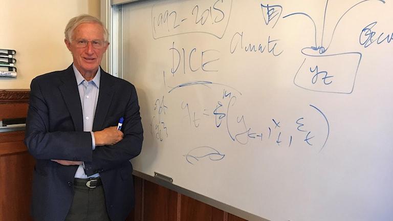 William Nordhaus framför en whiteboard-tavla.