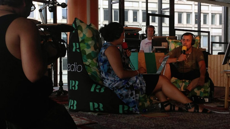 Tina Mehrafzoon intervjuar Dogge i Kronologen (foto: Billy Rimgard/Sveriges Radio)