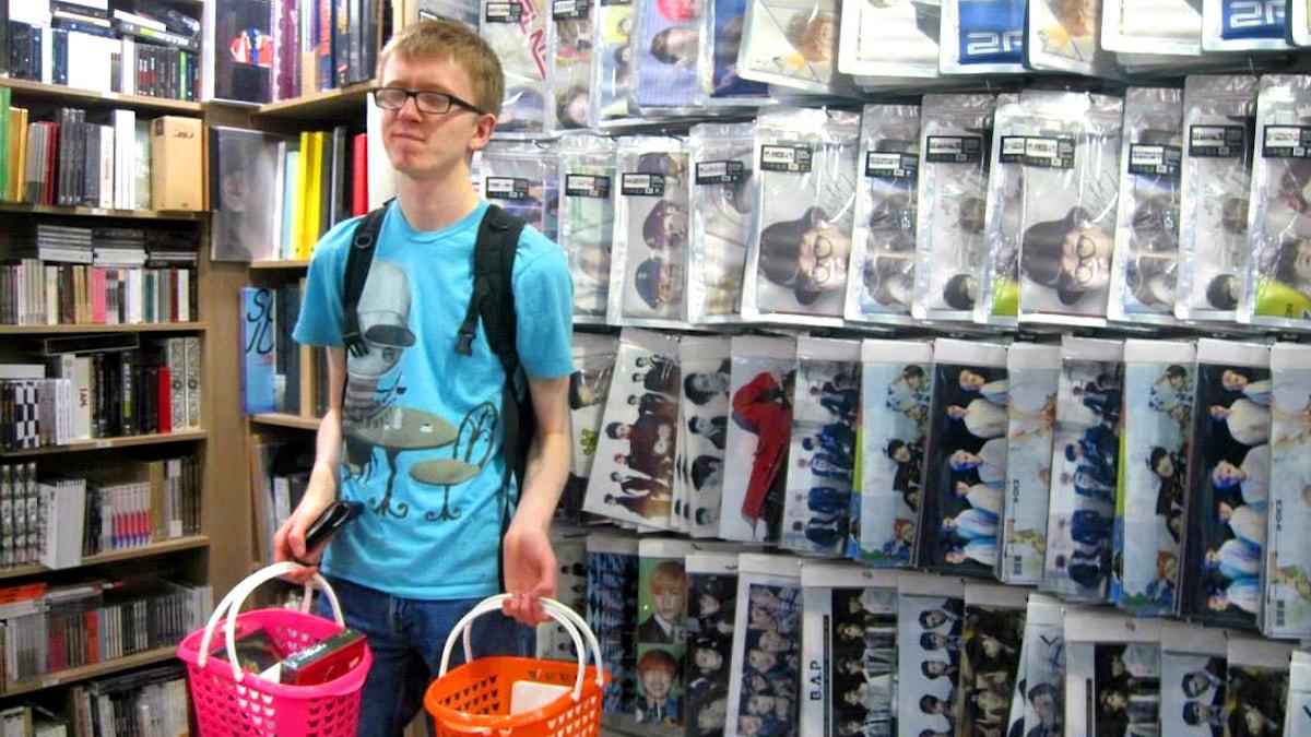 Kevin Almroth i en sydkoreansk skivbutik