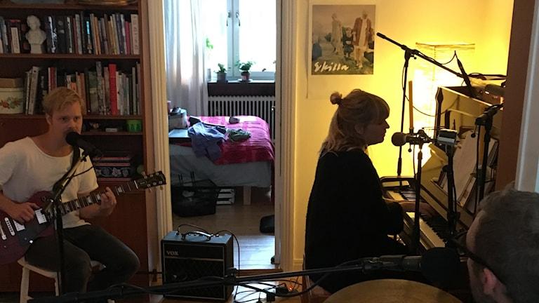 Vi dyker upp hos The Land Below i en lägenhet i Malmö