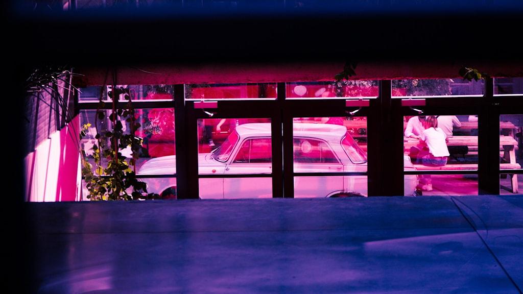 En rosaskimrande bild på en bil