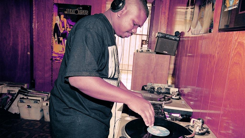DJ Screw står framför skivspelarna