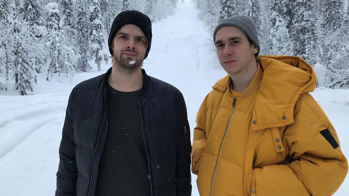 Markus Mattsby och Joakim Lithner står i en backe