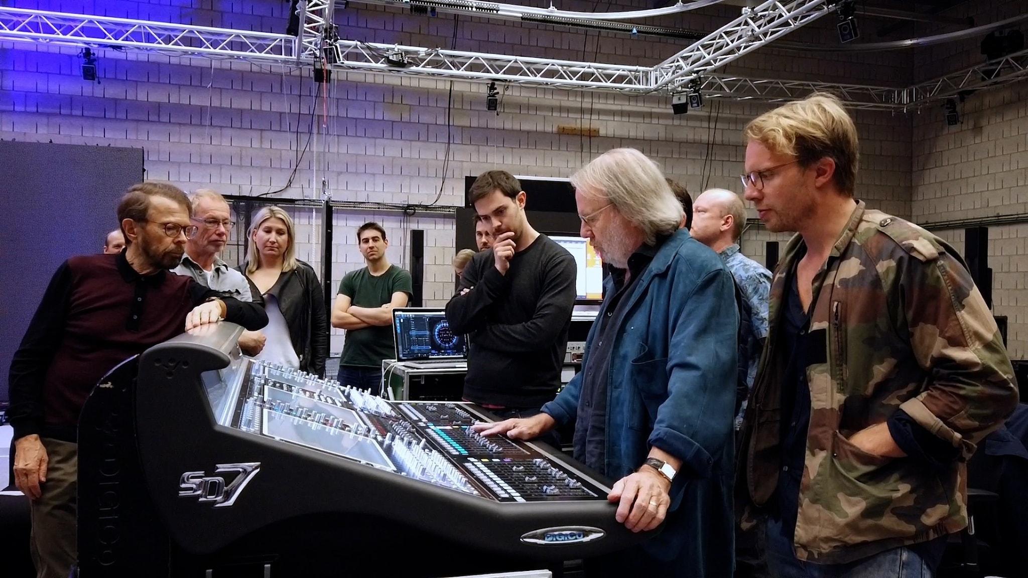 Benny och Ludvig Andersson runt utrustning.