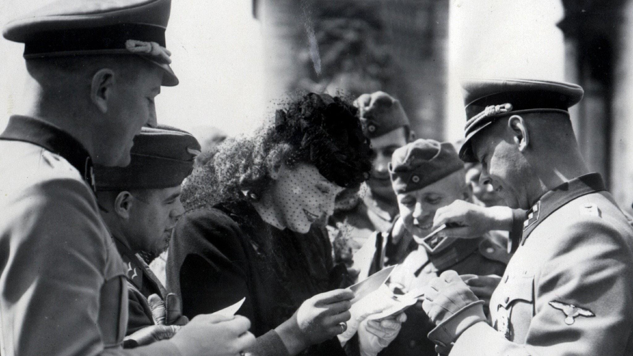 Zarah Leander, här skrivandes autografer till tyska officerare, är en av personerna vars museer kämpar med minne och glömska.