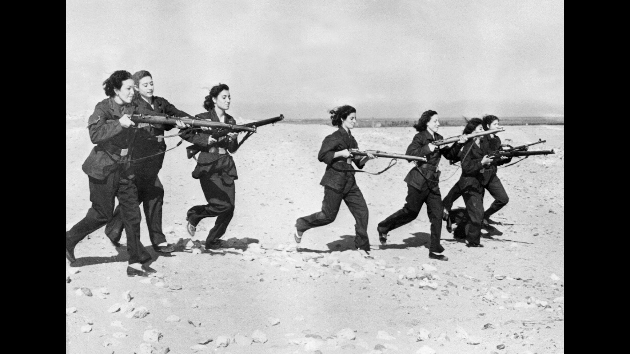 Kvinnor har kämpat i alla krig, här vid Suez 1951. Foto: SVT Bild