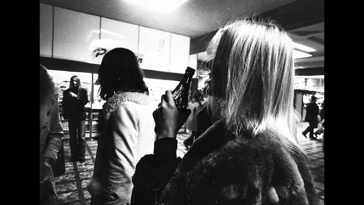 Öldrickande anno 1972. Foto: TT Nyhetsbyrån