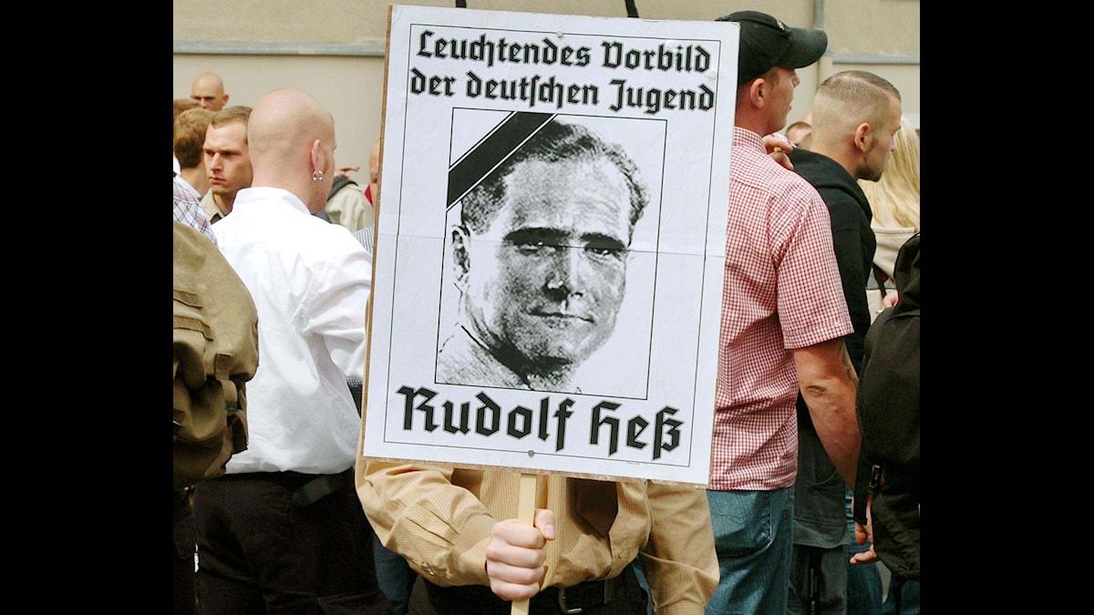 """Rudolf Hess """"en lysande symbol för tysk ungdom"""" enligt en högerextrem affisch från 2004."""