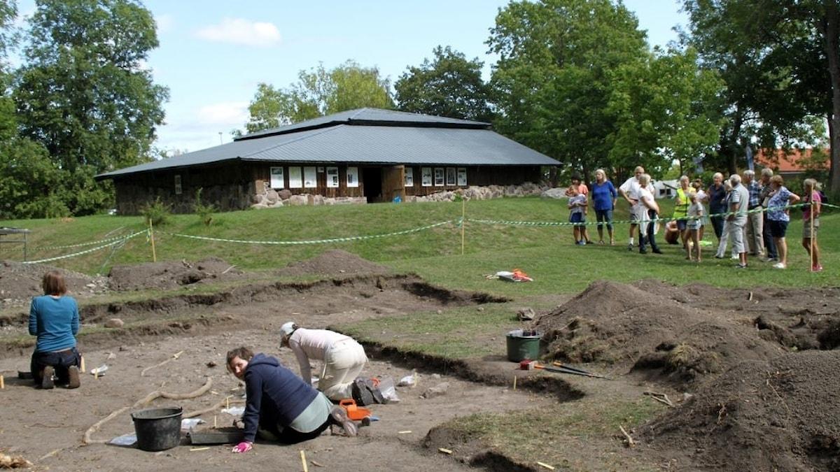 Arkeologer gräver vid Biskopstuna.
