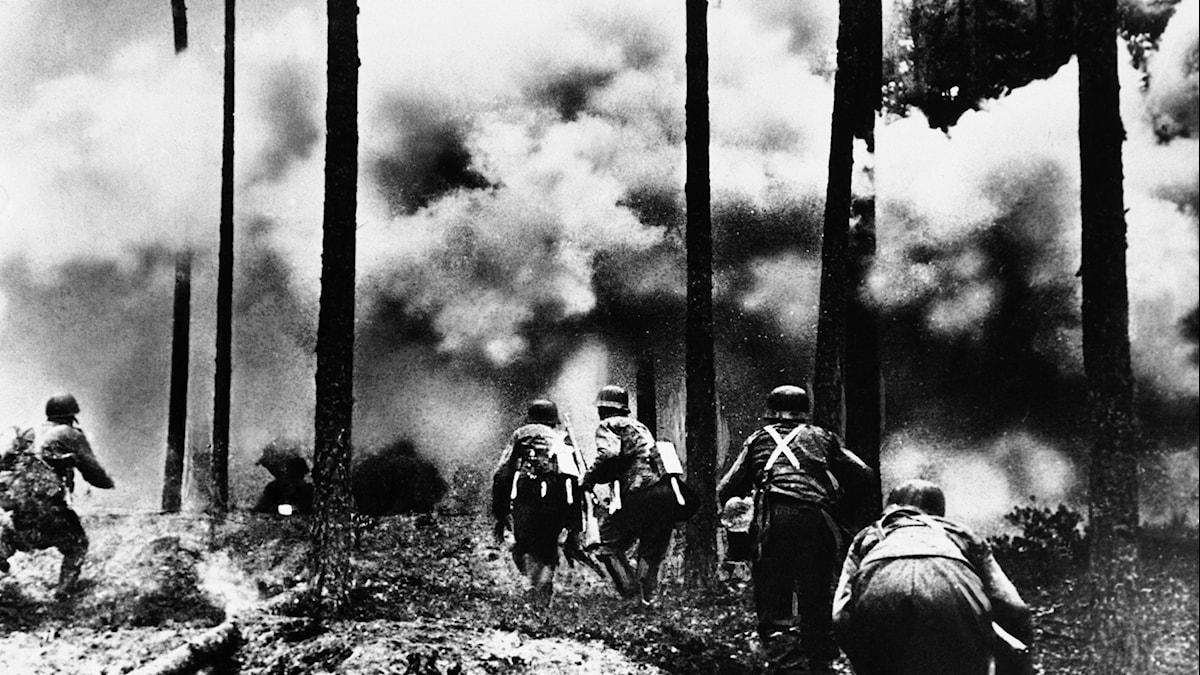 Tyska soldater marscherar mot Leningrad i november 1941.