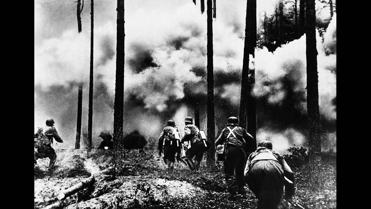 Tyska soldater på marsch mot Leningrad under Operation Barbarossa i november 1941.