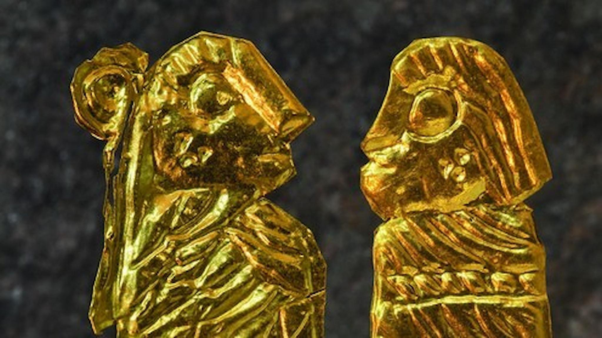 Två av Västra Vångs många guldgubbar och gummor.