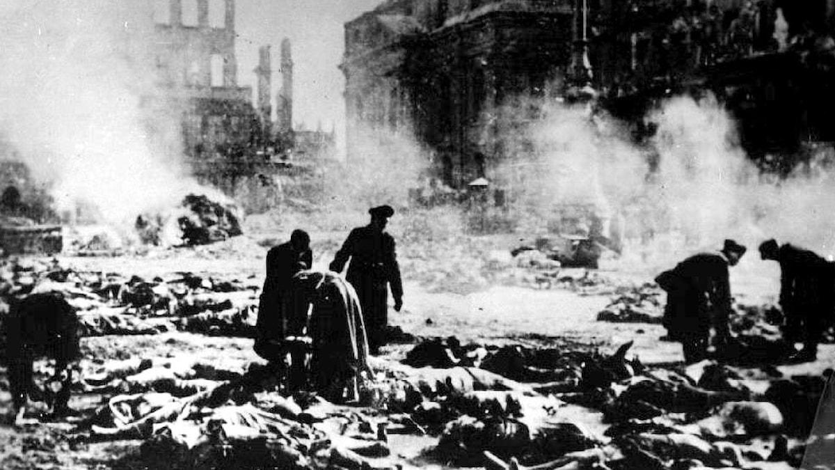 Människor vandrar runt i Dresdens rykande ruiner i februari 1945.