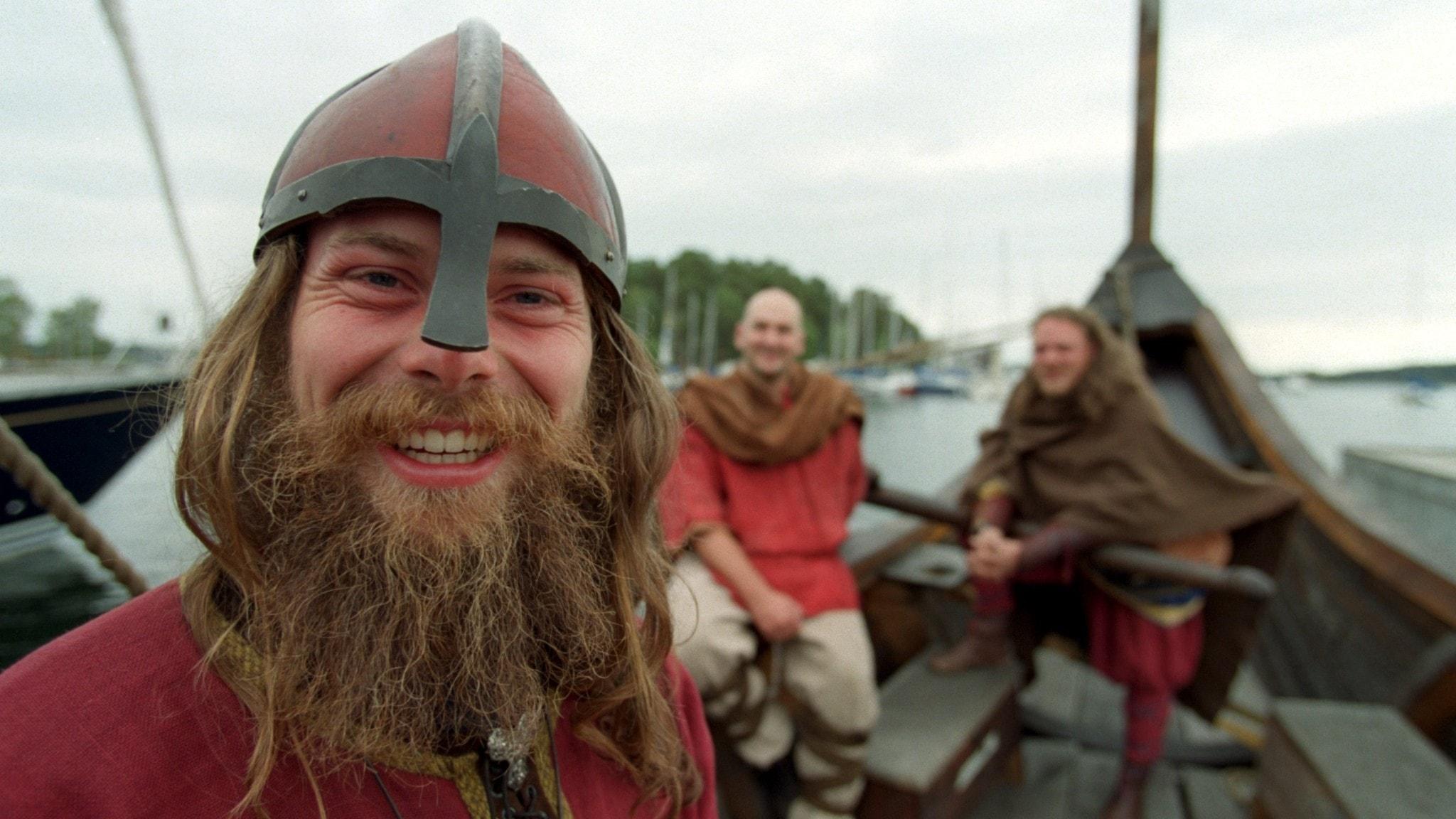 Bertil Starlander med vänner som förbereder sig inför vikingafärd över Atlanten 1999.