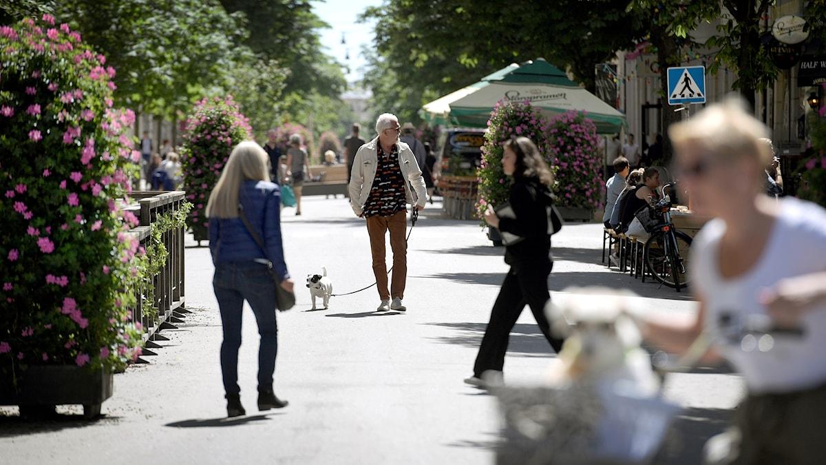 Swedenborgsgatan förvandlas på sommaren till gågata - ett postdemokratiskt rum.