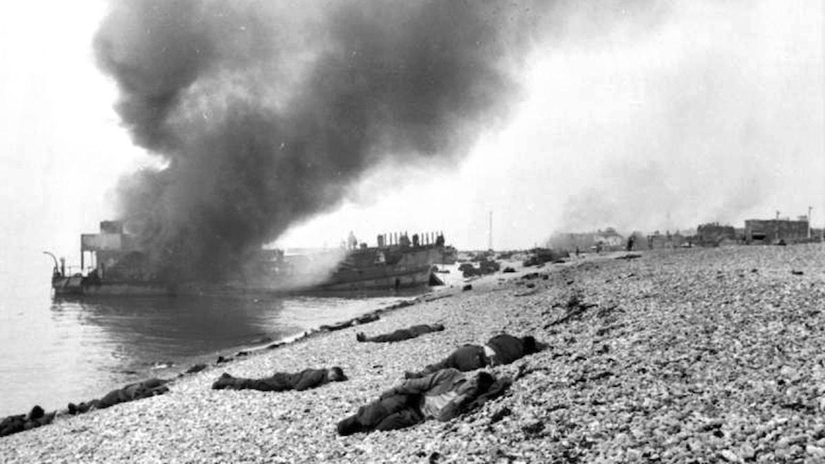 Landstigningsfartyg i lågor och döda kroppar vid Dieppe 1942.