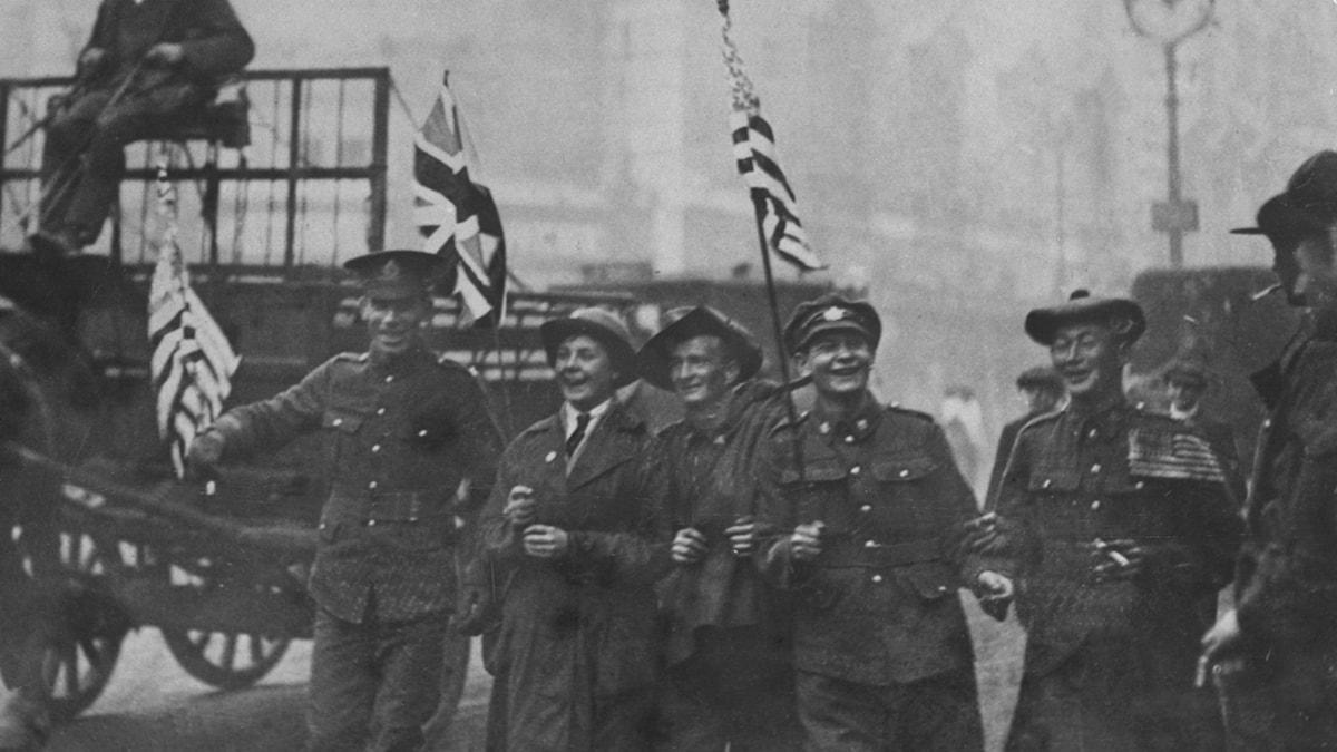 Amerikanska och brittiska soldater firar i London 12 november 1918.