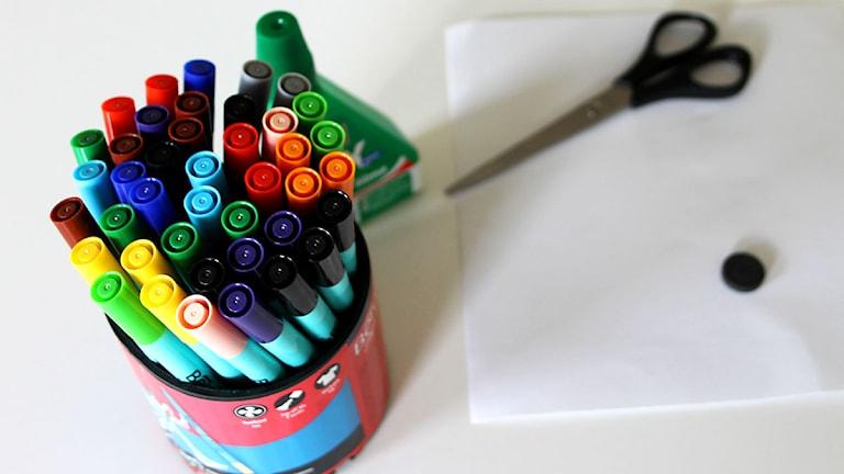 Det här behöver du för att göra dessa kylskåpsmagneter: pennor, lim, sax, en magnet och ett styvt papper.
