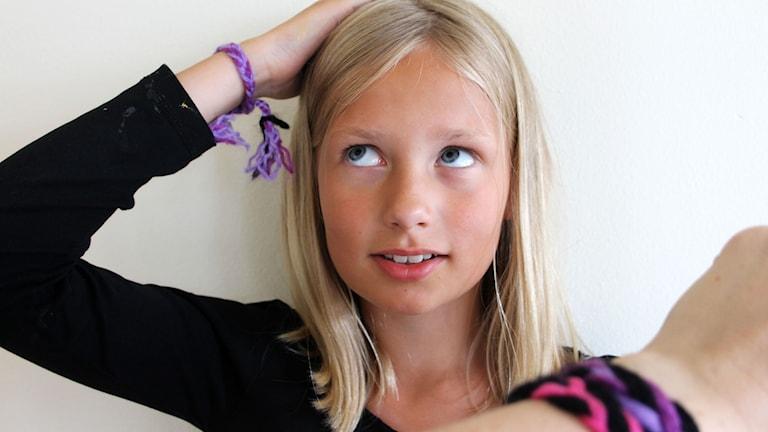 Lina Palmlöf med ett femflätat armband och Stina Ericssons arm med två armband. Foto: Stina Ericsson/Sveriges Radio