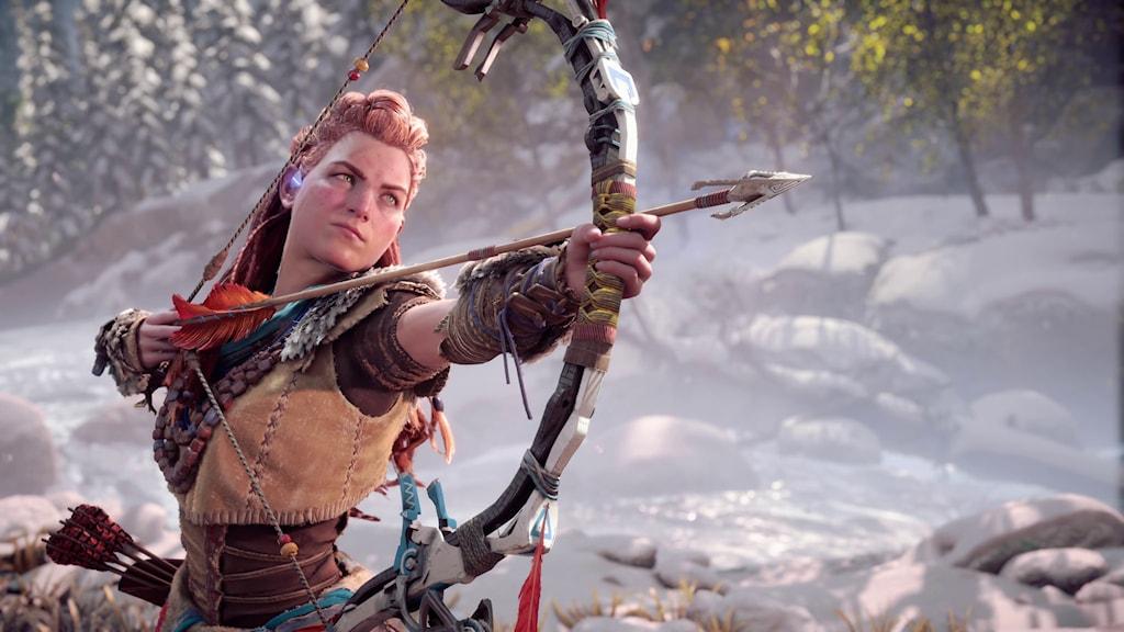 Huvudkaraktären Aloy i spelet Horizon Forbidden West spänner sin pilbåge.