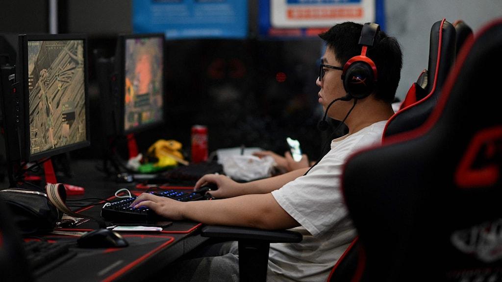 En kille spelar datorspel.