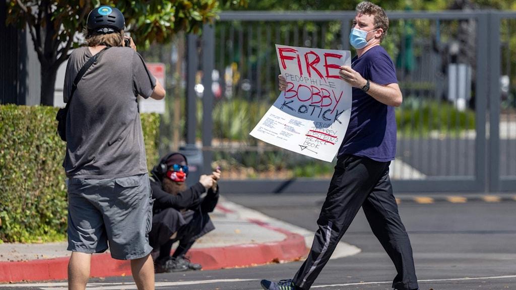 En man protesterar utanför Activision Blizzards kontor.