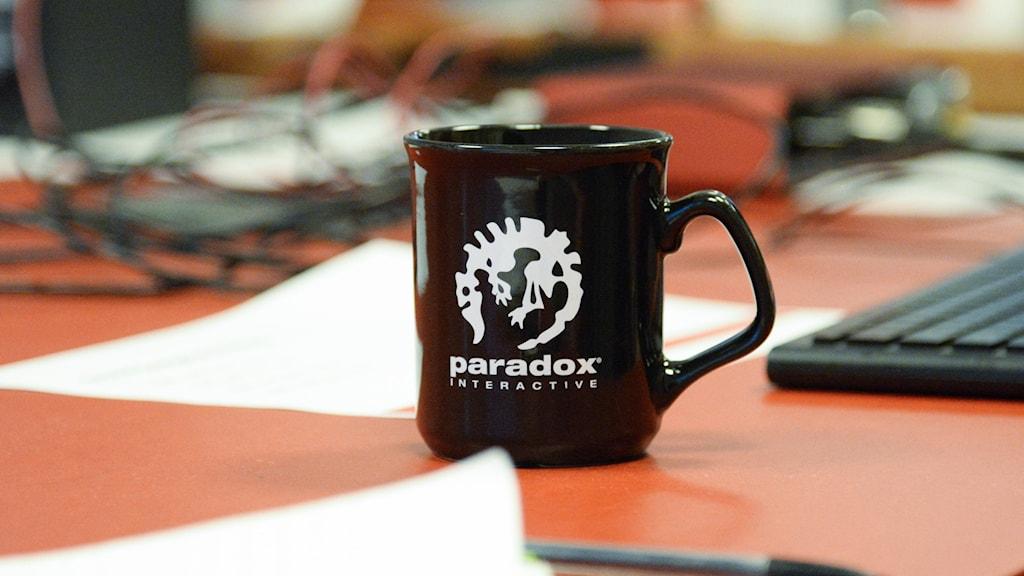 En mugg med loggan till spelföretaget Paradox.