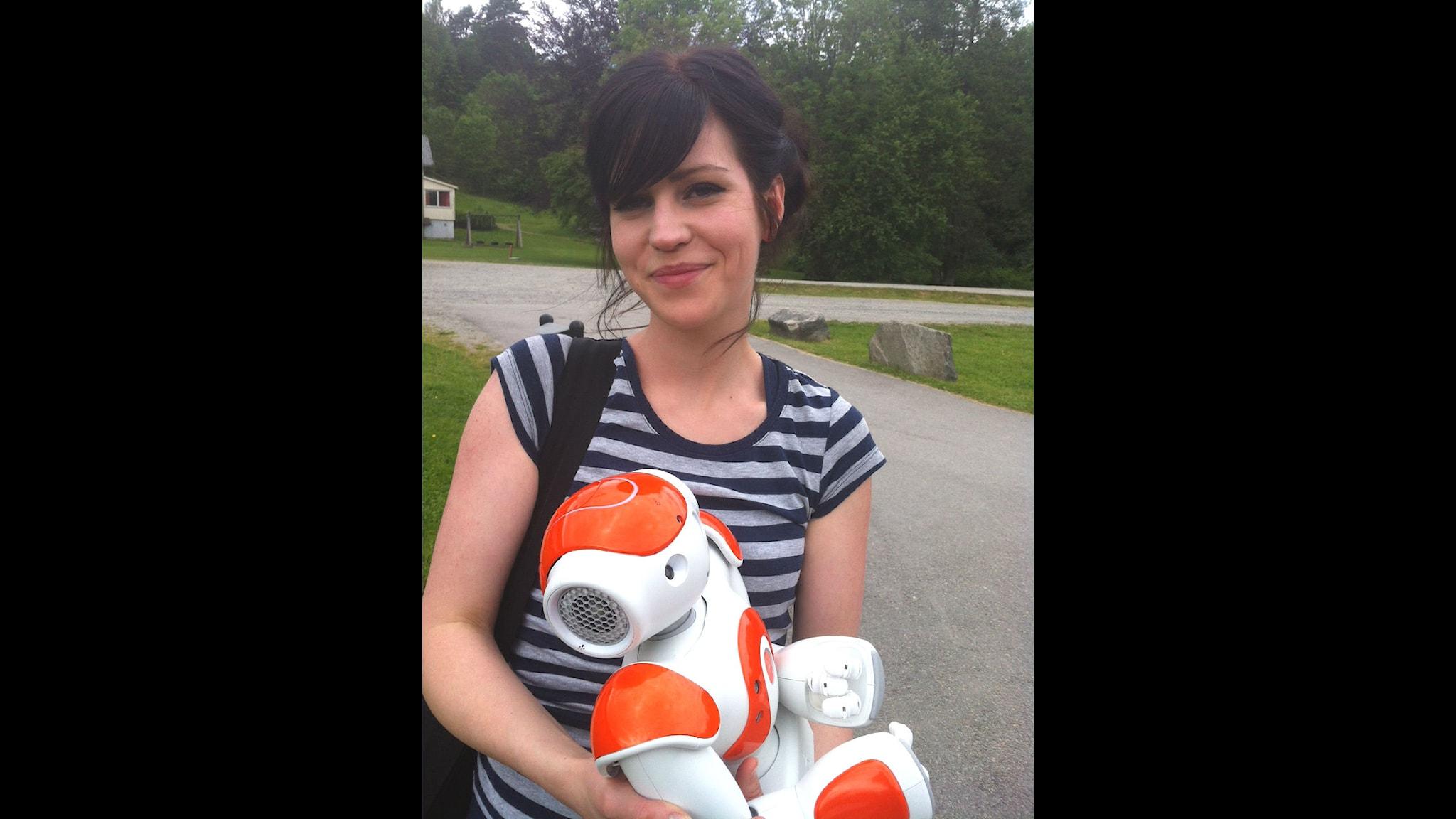 Doktoranden Sofia Serholt tillsammans med roboten Nao som ska bli hjälplärare i en högstadieklass i Horred. Foto: Linda Belanner/SR.