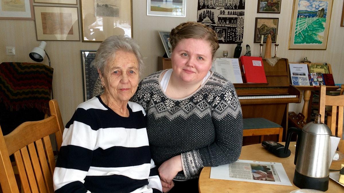 Karin Jonsson med sin farmor Elisabeth, hemma i Kälarne.